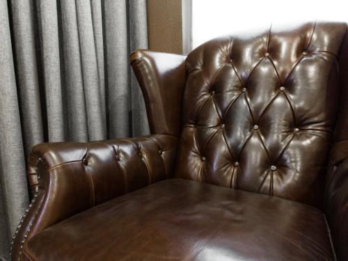 sofa z brązową tapicerką